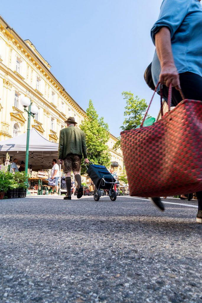 Menschen am Wochenmarkt Bad Ischl