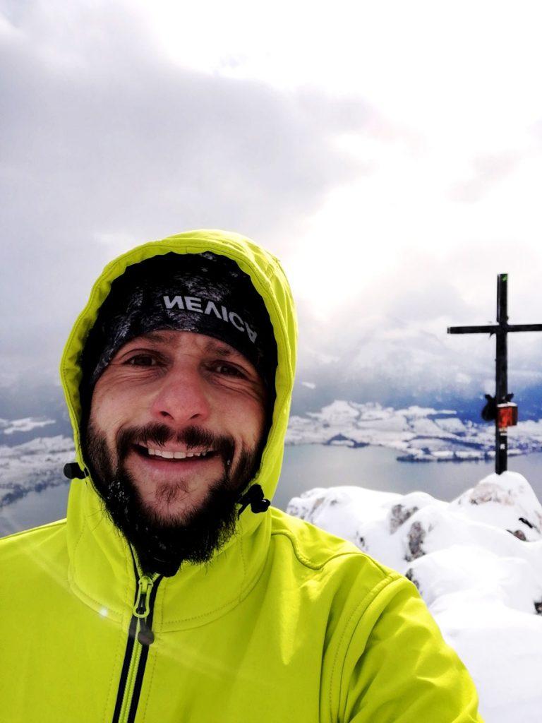 Tom und das Gipfelkreuz.