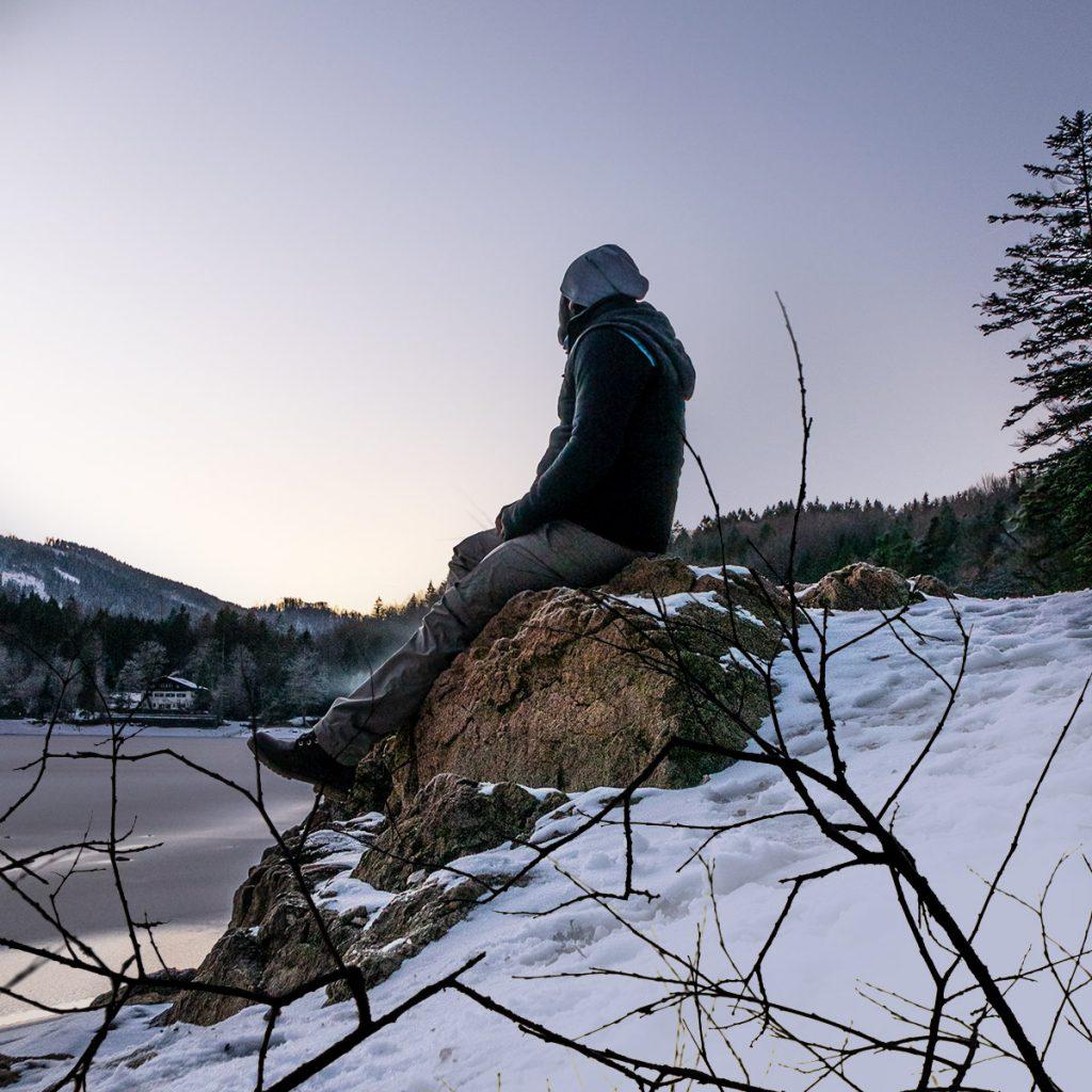 Tom am Nussensee auf einem Stein sitzend.