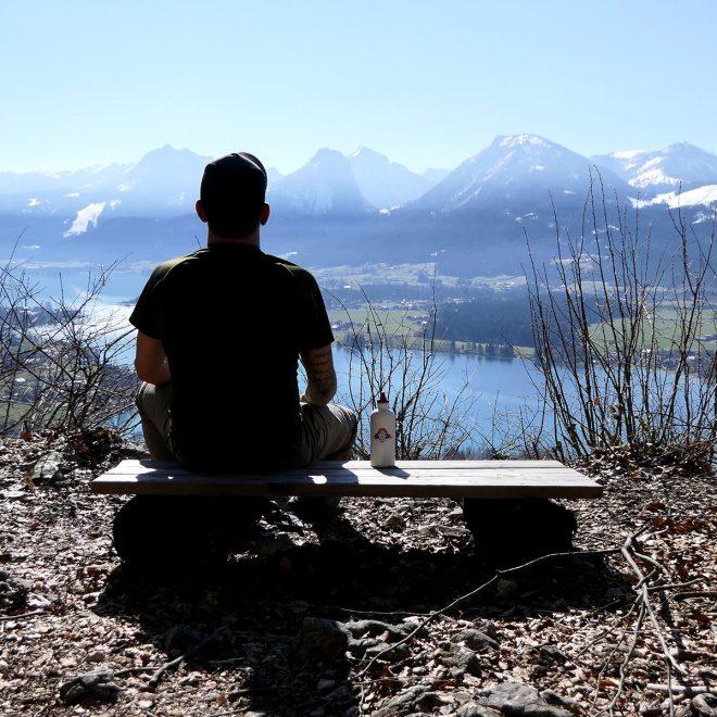 Die Gedanken schweifen lassen mit Ausblick auf den See und die Berge.