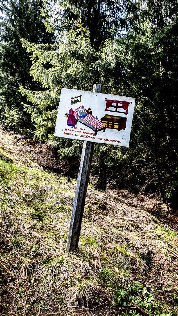Schild mit aufgezeichneter Märchenszene