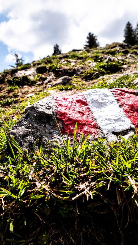 Weg-Markierung auf einem Stein