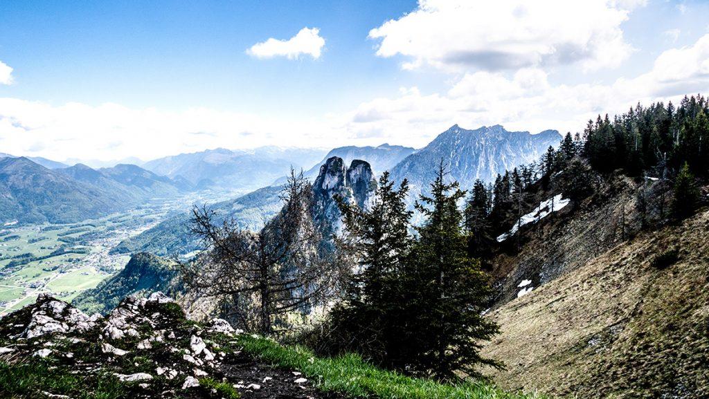 Aussicht vom Gipfel der Bleckwand auf 1.516 m auf die umliegenden Berge (in der Mitte der markante Sparber)