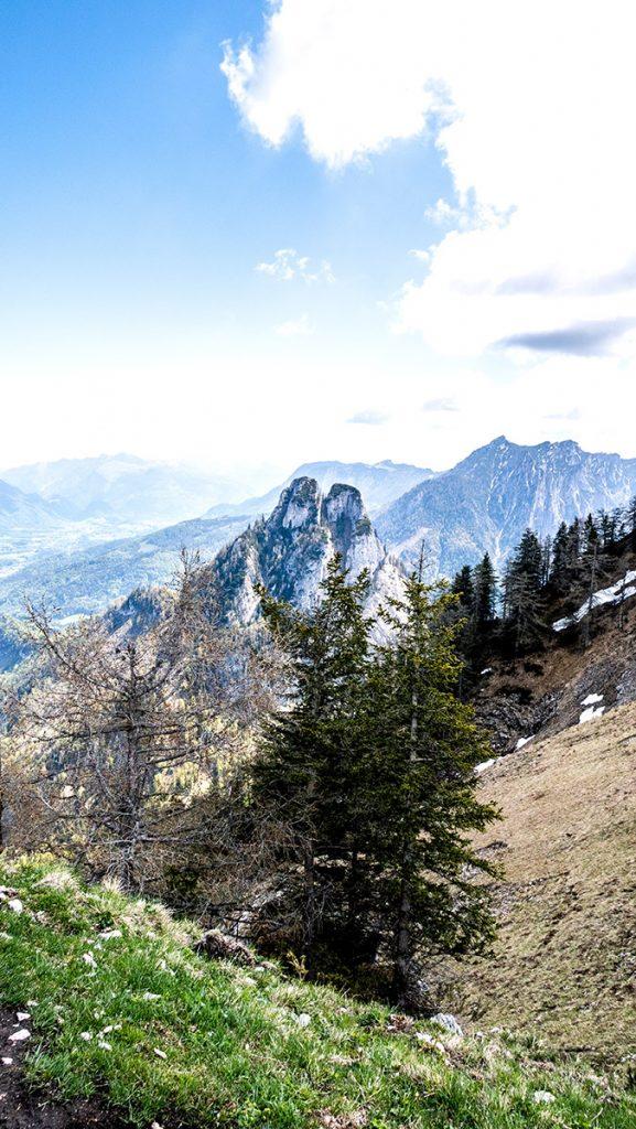 Aussicht vom Gipfel der Bleckwand auf 1.516 m auf den Sparber in der Mitte und die weiteren umliegenden Berge