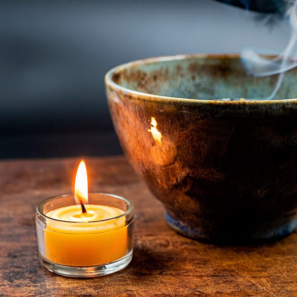 Räuchergefäß und Kerze