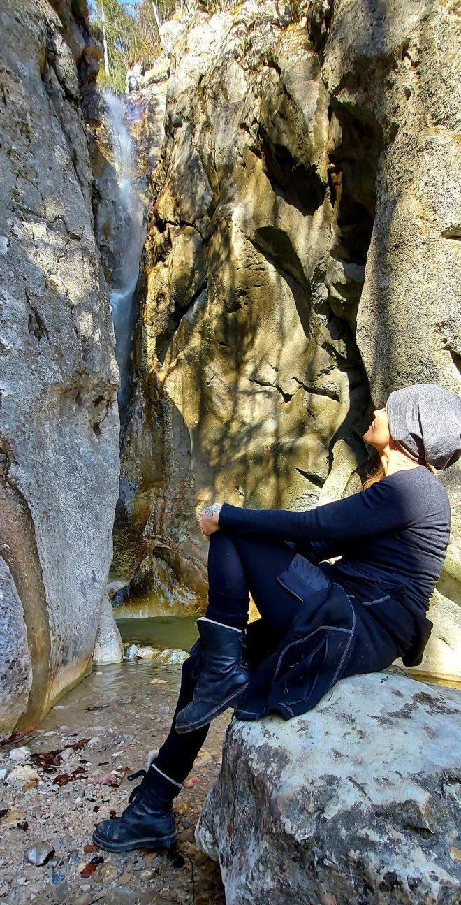 mOnA genießt den Wasserfall